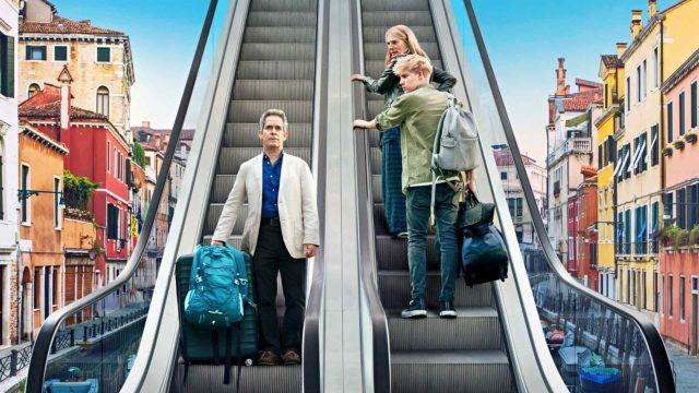 Douglas (Tom Hollander), Connie (Saskia Reeves) ja Albie (Tom Taylor) suuntaavat erikoisista lähtökohdista perhematkalle Eurooppaan sarjassa Jäähyväisten kesä.