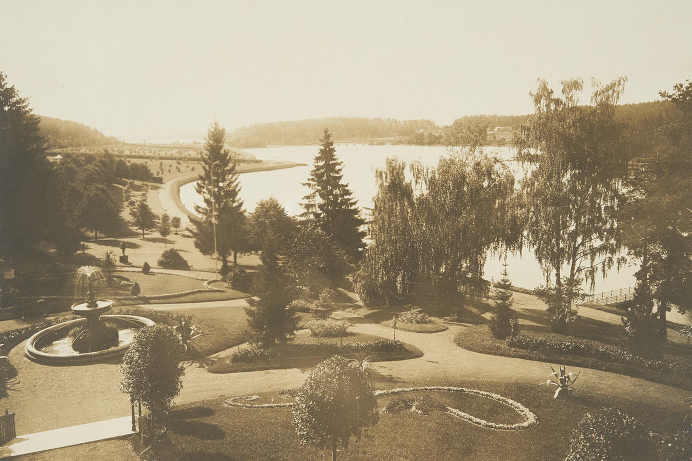 Aulanko-Karlbergin kartanolta avautuva maisema oli hyvin avara ja puutarha huoliteltu erikoislajikkeineen.