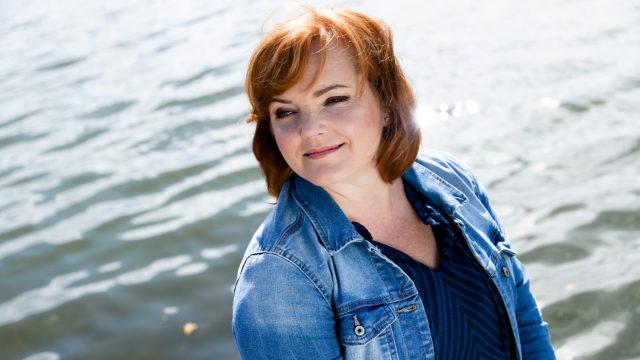 Laulaja Nina Tapio käy elämäänsä läpi musiikkiteoksessa Yhtenä iltana, joka pyörii loka-marraskuussa Aleksanterin teatterissa Helsingissä.