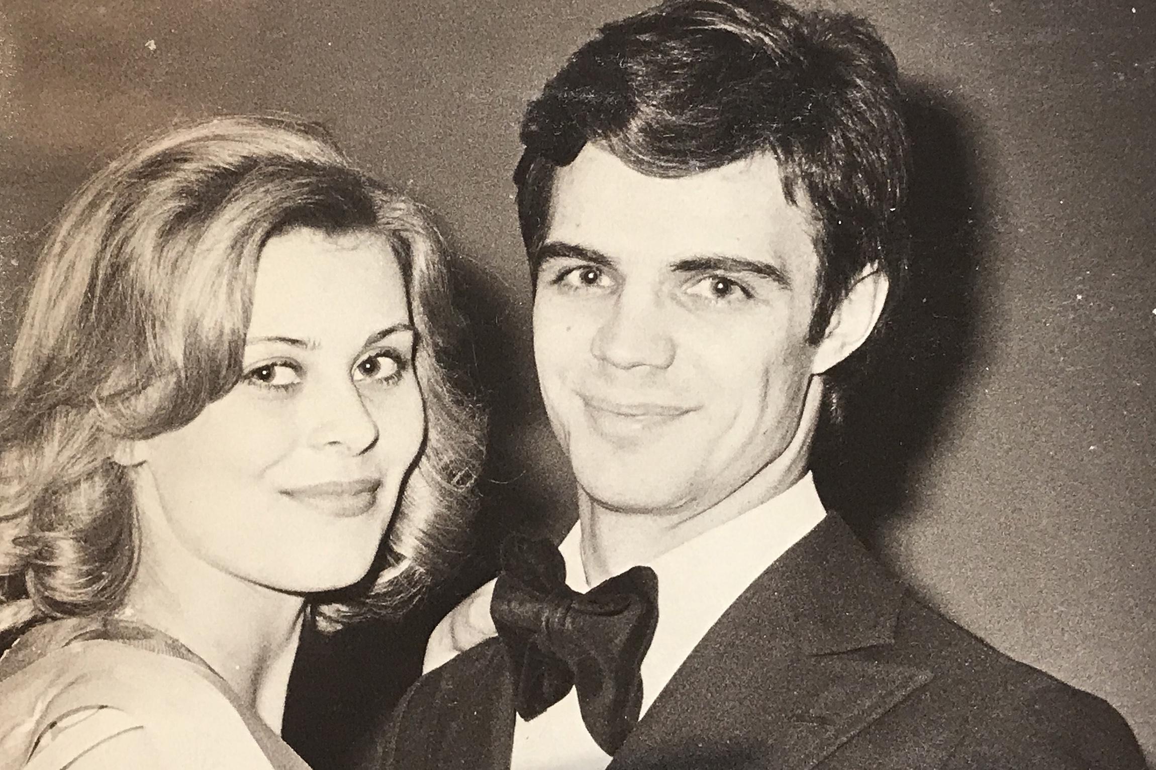 Tapiola Gardenin illallisilla vuonna 1975. Anne ja Arto juhlivat yhdessä Miss Suomi -kruunua.
