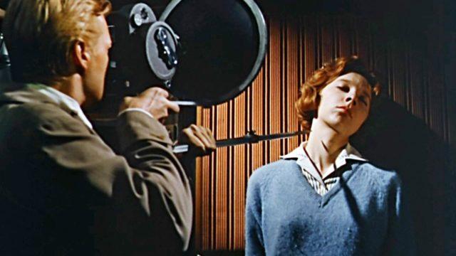 Mark (Carl Boehm) taltioi Helenin (Anna Massey) pelon elokuvassa Pelon kasvot.