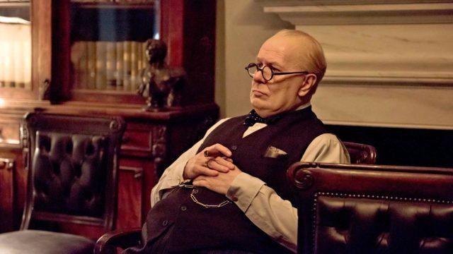 Winston Churchill (Gary Oldman) kantaa vastuuta ja äksyilee toisen maailmansodan alkuvaiheisiin sijoittuvassa historiallisessa draamaassa Synkin hetki.