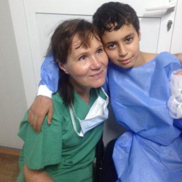 Tarja Tuovinen ja Ibrahim Quayaarahin sairaalassa, Irakissa.
