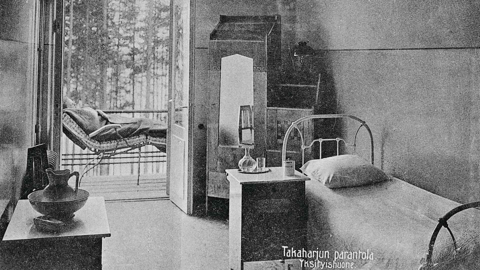 Yksityishuone 1900-luvun alusta. Kerrotaan, että tässä huoneessa asui latvialainen kirjailija Rudolfs Blaumanis. Hän kuoli Takaharjun parantolassa vuonna 1908.