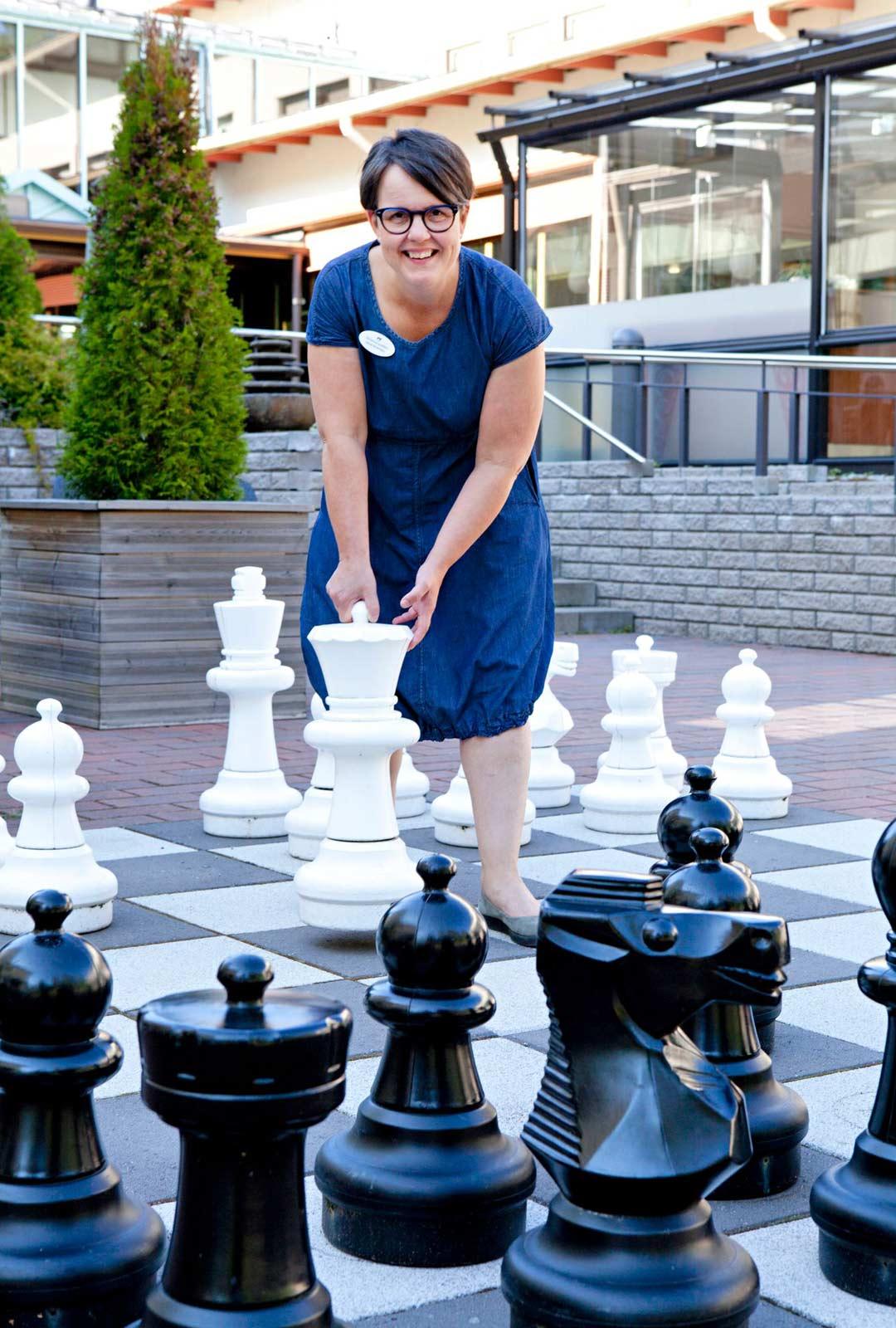 Markkinointipäällikkö Nina Rinkinen on onnellinen saadessaan työskennellä Kruunupuiston miljöössä.