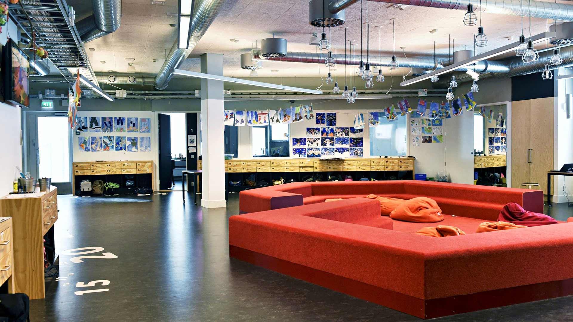 """Helsingin Kalasataman alakoulussa on keskellä opiskelutila, """"tori"""", jonka äärelle oppilaat saavat kerääntyä oppia saamaan."""