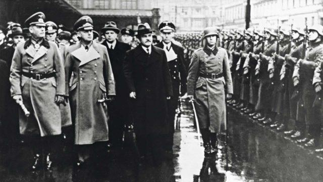 Berliiniin saapunut ulkoministeri Vjatsheslav Molotov kulkee Anhalt-asemalla kunniakomppanian ohi vierellään Saksan ulkoministeri Joachim von Ribbentrop ja sotamarsalkka Wilhelm Keitel.
