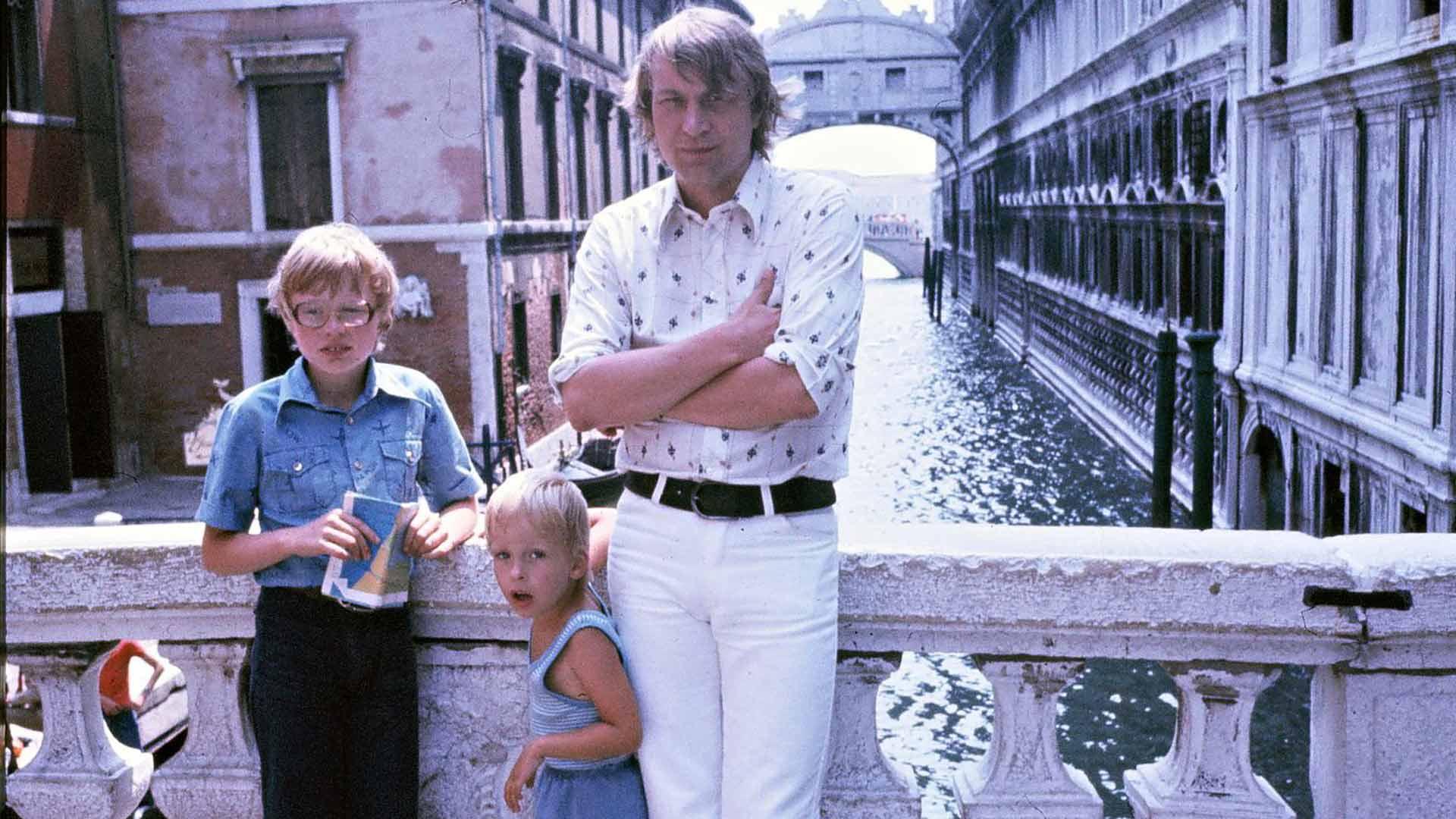 Välit Vexiin säilyivät hyvinä, vaikka vanhemmat erosivat Topin ollessa 9-vuotias. Lomilla isä vei Topin ja Paulan muun muassa Venetsiaan.