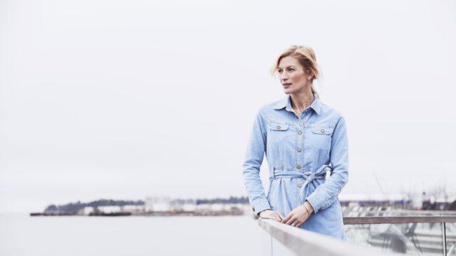 Niina Kurkinen-Nyholm on kokenut itse lähisuhdeväkivaltaa, mutta auttaa nyt muita selviämään siitä työskentelemässä Naisten linjan vapaaehtoisena.