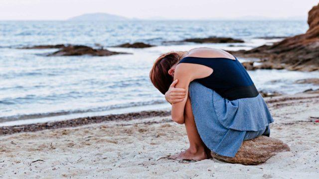 Katja Myllyviidan Häpeän hoito  -kirjassa käydään läpi, miten päästä eroon haitallisesta häpeäntunteesta.