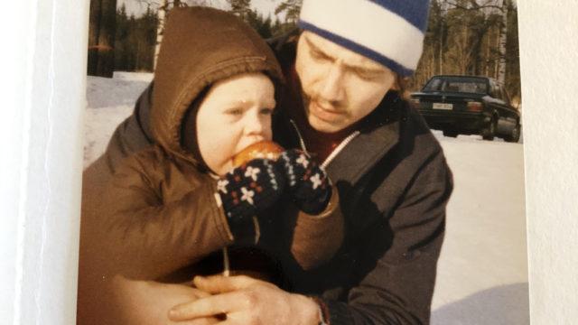 Isän sylissä syömässä pullaa Kiskossa talvella 1981.