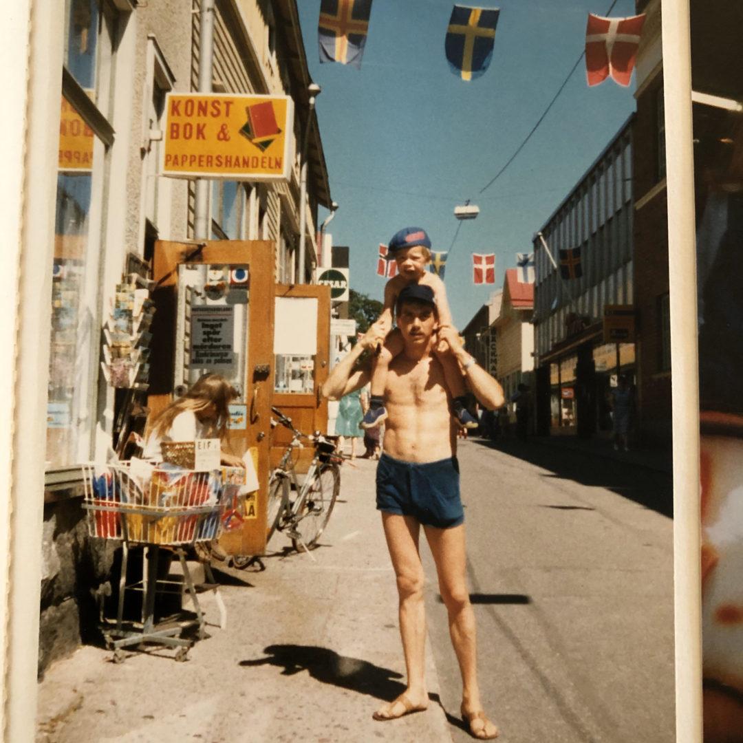 Isän harteilla Tammisaaressa kesällä 1981.