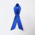 Sininen nauha tukee suolistosyövän tutkimusta.