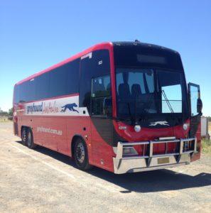 Autoilu on Australiassa suosittua, mutta bussillakin pääsee.