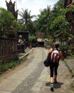 Reppu selässä Balille